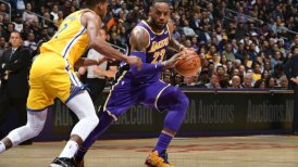 Los Lakers vapulearon a los disminuidos Warriors de la mano de James
